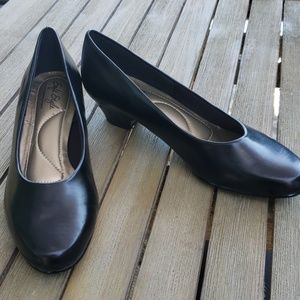 Soft Style by Hush Puppies Sz 7 black low heels